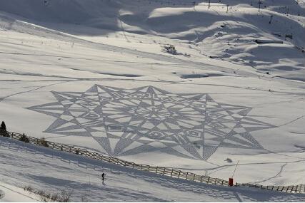 """世界上第一个""""雪艺家""""竟画出了这样的作品?"""